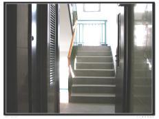 开门见向上的楼梯